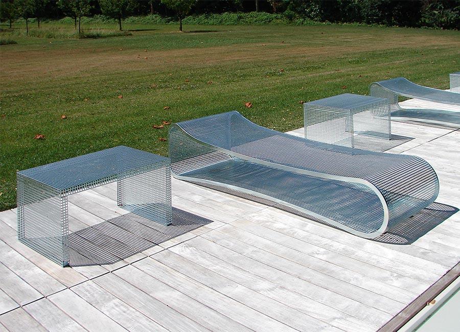 Arredamento da piscina: chaise longue e tavolino