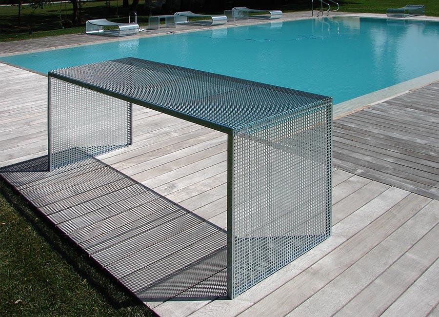 Arredamento per piscina: tavolo in acciaio zincato