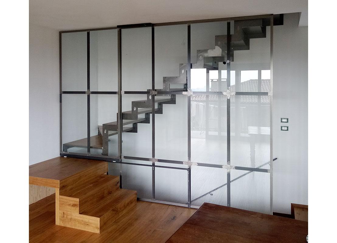 """Scala e serramento divisorio in stile """"industriale"""" realizzato in ferro e vetro"""