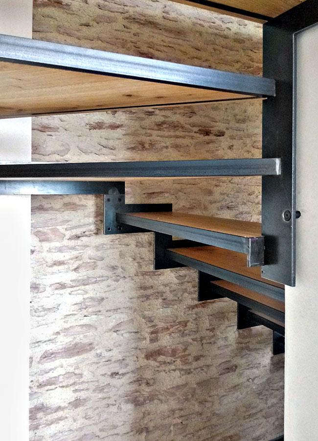 Scala a sbalzo in acciaio e legno (particolare)