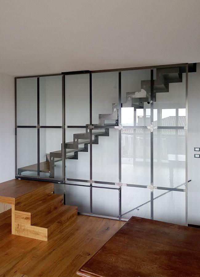 Scala a sbalzo in acciaio e alzata in vetro con serramento / parapetto